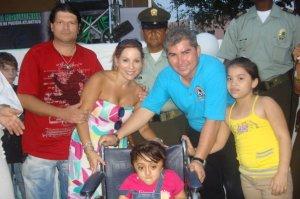 Toño Fadul, Diana de Vivero, Jorge Escalante, Andrea Escalante y una hermosa niña del Corregimiento de Caracolì (Malambo-Atlantico) a la cual se le entrega silla de ruedas