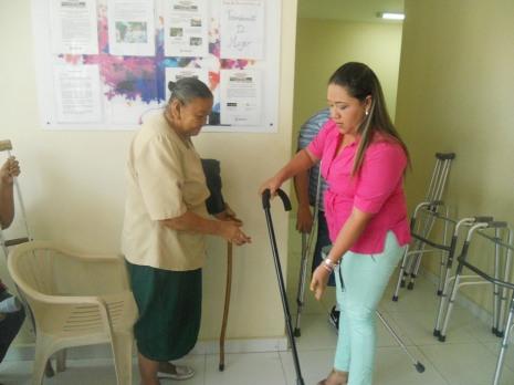 anciana recibe baston